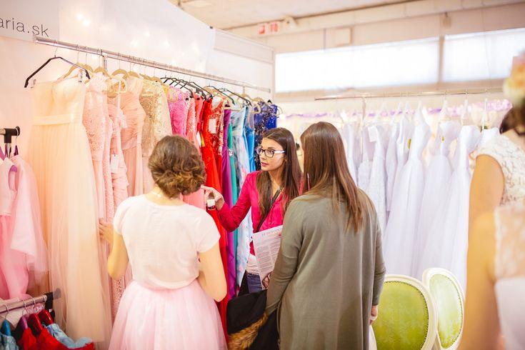 Nevesty v stánku Salónu EvaMária vyberajú šaty