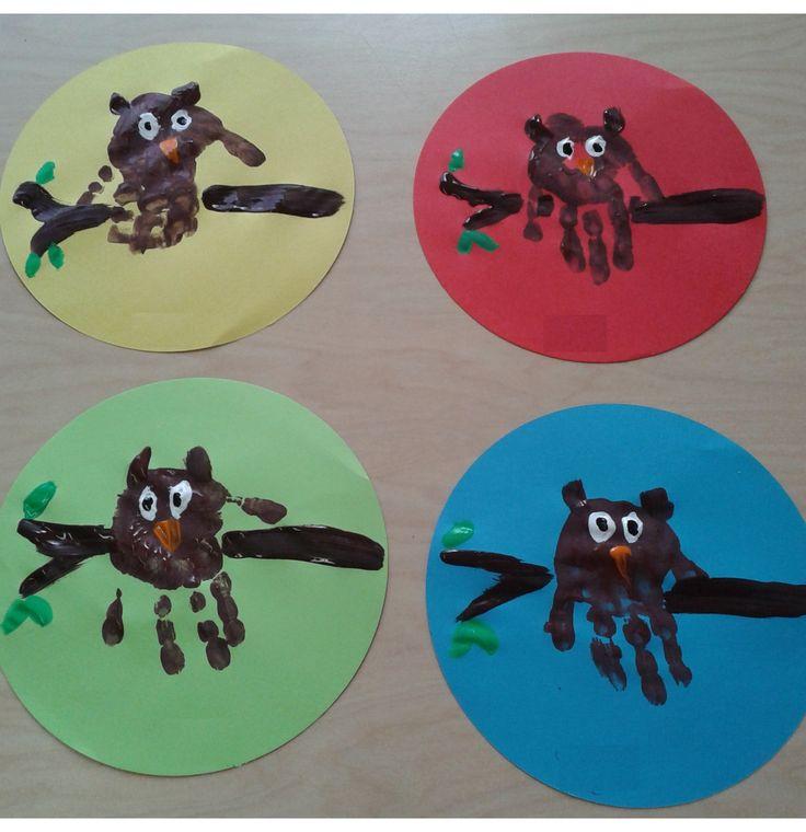 Met verf een hand afdruk maken voor een uil thema: herfst.