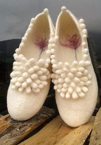 Handmade felted slippers, 90% extrafine merino wool, 10% silk.  Zapatillas de fieltro hechas a mano, lana merino extrafina 90%, seda 10%.