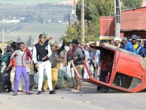 Cape Town- There was pandemonium and chaos in Malmesbury on Friday morning when hundreds of township residents rioted. The residents of Wesbank and Lingelethu were reacting to the Swartland Municipality's apparent failure to respond to a memorandum about the slow roll-out of government housing. The protests erupted before dawn, disrupting traffic on the N7 road…