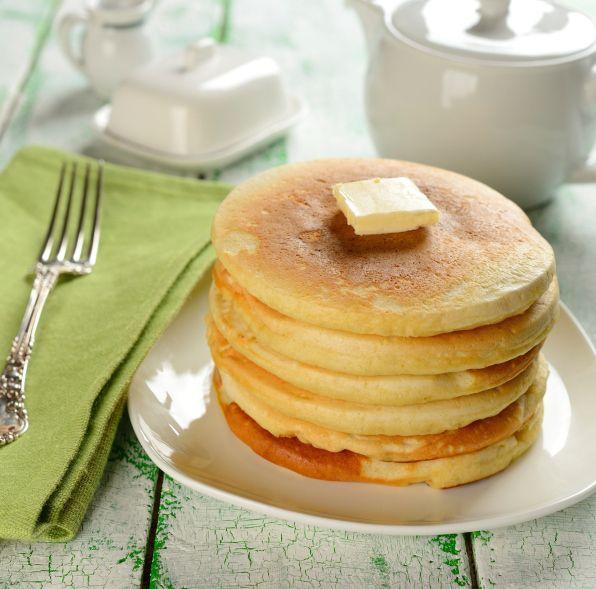 Los que hemos sucumbido a la curiosidad y probamos los clásicos panqueques americanos (esos que desayunan en las películas, con muchísima miel), sabemos lo deliciosos que son, y cuán contento y lleno dejan a nuestro estómago. Son ideales para acompañar un buen café o ca
