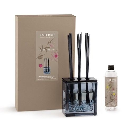 Triple Mikado decorative in glass container with lid ceramic. With fragrance of Esprit de Thé by Esteban Parfums. A fresh and light scent of flower tea. Contents: 250 ml. Rechargeable.