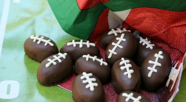 These Football Shaped Oreo Truffles are perfect for Tailgating Parties, a Football Party or even just to snack on during the game. They are super easy to make and take only 4 ingredients. They are my go to for Super Bowl parties as well! Are you hosting a Super Bowl party? Or maybe attending one with …