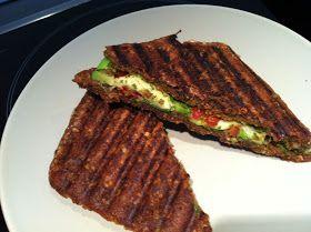 Lækre panini med avocado, pesto og mozzarella a´la Joe and The Juice   Jeg elsker sandwich´ene på Joe and The Juice, og fik derfor id...