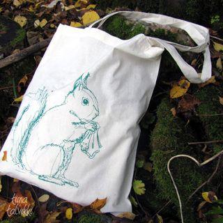 Metsän -ja oravien ystävälle pieni, mutta aina yhtä tarpeellinen, muistaminen! Pihkahäntä-kangaskassi - Astubutiikkiin.fi