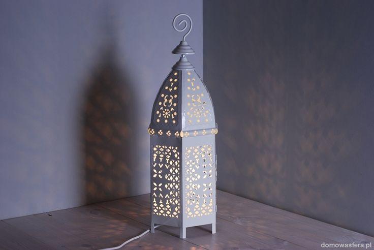 Piękny duży metalowy lampion, który jest rozświetlany przez klasyczną i mocną żarówkę. Dzięki perforowanej obudowie w symetryczne wzory lampion rzuca wyraźne cienie i półświatła, nadając wyjątkowy półmroczny klimat.