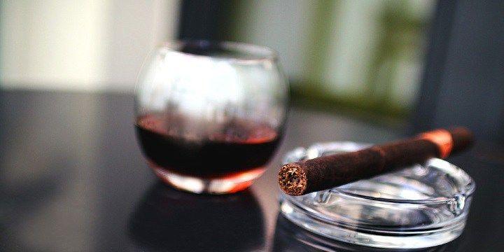 """vinjournalen.se -  Vin Tester : Prova ett gott vin och en smakfull cigarr    Ett glas rom eller cognac, en sherry eller en malt whiskey, är väl det som man i första hand tänker på tillsammans med en god cigarr, men visste du att även ett gott glas vin kan förhöja njutningen av en cigarr? """"Cigarrer är gastronomi"""", säger entusiasterna, """"en njutning för att stimulera sina si... http://wp.me/p73gTR-2Rd"""