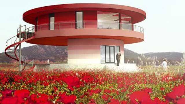 La casa, creada por una empresa andaluza, es propulsada por dos motores que la hacen girar con un periodo de 15 minutos por vuelta y consigue un ahorro energético de hasta el 70%