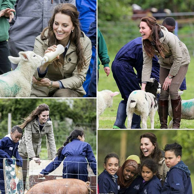 Kate Middleton visita Farms for City Children il 3 maggio 2017 a Arlingham, Gloucestershire. Farms for City Children è un organizzazione che offre ai bambini inglesi la possibilità di vivere e lavorare in una vera fattoria per una settimana.  #KateMiddleton visits Farms for City Children on May 3, 2017 in Arlingham, Gloucestershire. Farms for City Children is a charity which offers children in the UK a chance to live and work on a real farm for a week.  #look #style #farm #beauty