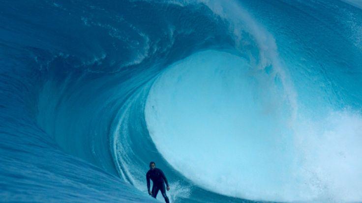 """""""The Right"""" – die gefährlichste Welle. Surfer Ryan """"Hippo"""" Hipwood kehrt zurück um die Welle, die ihm schon einmal fast das Leben geraubt hat, zu besiegen!"""