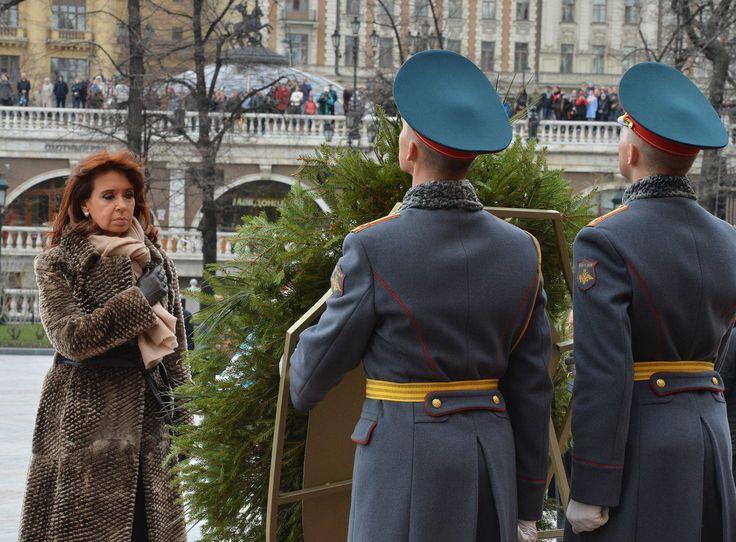 Ofrenda floral ante el monumento al Soldado Desconocido, en Moscú.