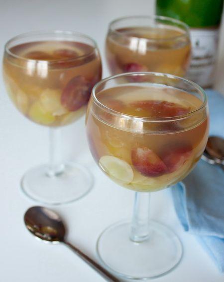 Этот эффектный десерт может стать прекрасным завершением любой вечеринки. Правда, такое желе не стоит давать детям – в нем даже после застывания сохраняется алкоголь. Если вы хотите приготовить безалкогольный вариант желе, замените шампанское виноградно-яблочным соком и исключите из состава сахар. Ориентировочное время приготовления: 25 минут + время на застывание Виноградины…
