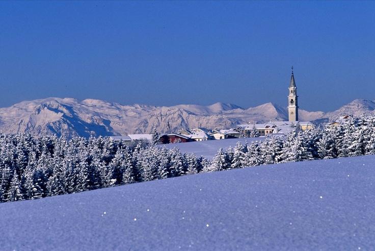 L'inverno è la stagione migliore per una vacanza sull'Altopiano di Asiago. Faremo semplici ciaspolate e non trascureremo momenti wellness per rigenerarci. http://www.jonas.it/asiago_ciaspole_wellness_1184.html