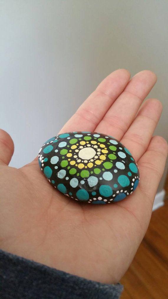 Chaque pierre est recueilli dans le Midwest et peint avec un design original de mandala à la main. Tableau des pierres de mandala est un type de méditation pour moi.  Ils ont fière allure dans un jardin, sur une étagère de livre, comme presse-papier, sur un bureau, ou sur un autel. Merveilleux cadeau pour un ami, ou dacheter plus dun et de créer un mandala « jardin » dans votre maison.  ** Pierres peuvent être peint avec la couleur de votre choix. Tous les modèles sont la même forme.  La…