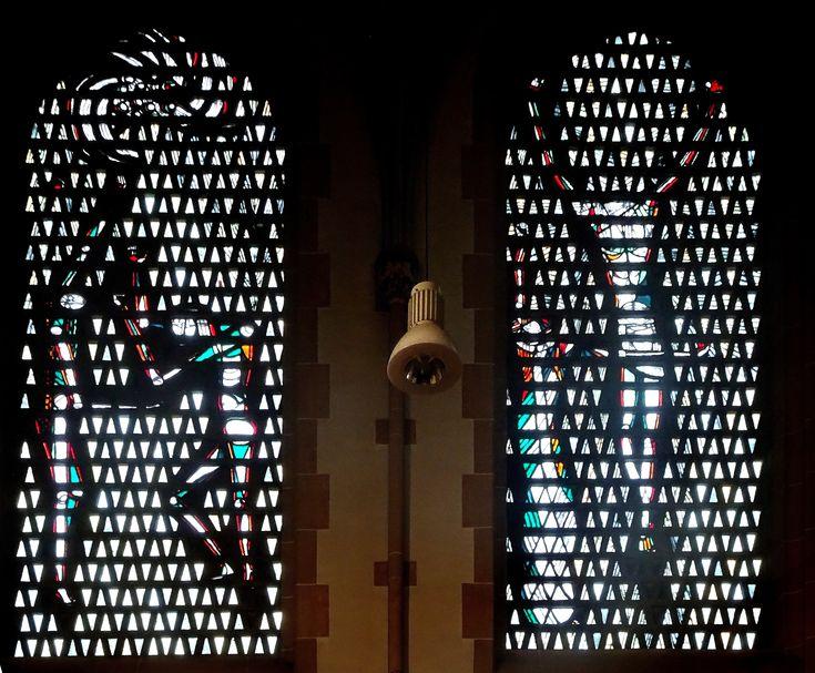 Düsseldorf - Duitsland - St. Mariä Empfängnis (Marienkirche - Oststrasse). Deze kerk uit 1894 werd na de bombardementen van WO-II niet geheel meer in oude stijl hersteld. De nieuwe ramen zijn in 1957 in beton gezet, hier twee van de ramen. Foto: G.J. Koppenaal - 6/12/2017.