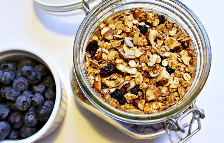 Opskrift på lækker og knasende honningristet müsli med masser af kerner og rosiner. Perfekt til morgenmaden eller til brunch.
