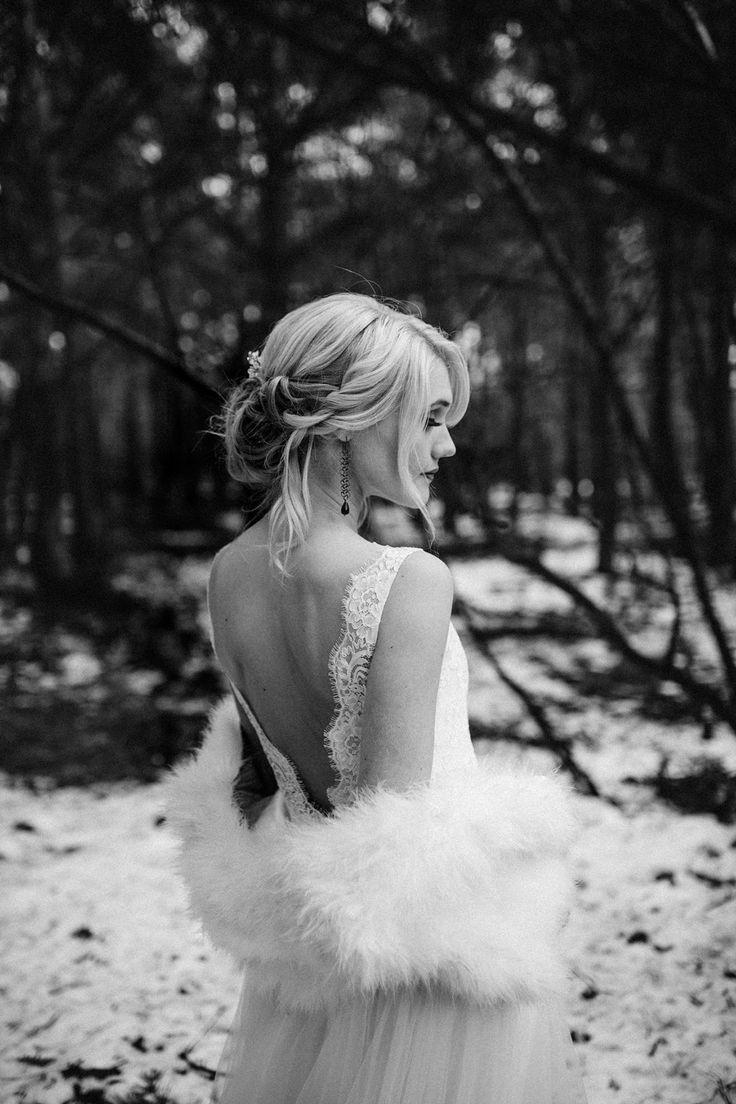 Met een bolero kun je een trouwjurk met blote rug en het toch warm hebben! Foto: Wianda Bongen Fotografie Jurk: LaDonna