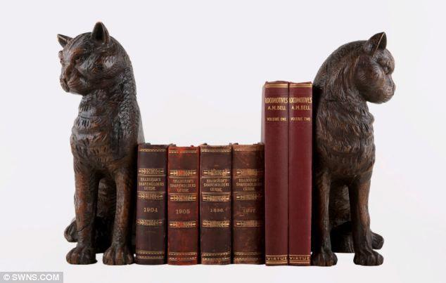 Два «грозные» в натуральную величину кошка держатели для книг в настоящее время аукциона почти 70 лет после того как они были «освобождены» от нацистов.  Резные фигуры из дуба, как полагают, когда-то принадлежал Люфтваффе командира Гитлера Герман Геринг.  Они были подхвачены RAF эскадрильи Джеффри 'Butch' Butcher после британской армии захватили авиабазу Luftwaffe в Йевер в Германии в 1945.