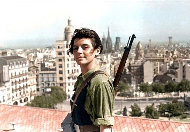 Sedmnáctiletá Marina Ginesta střeží ulice Barcelony během španělské občanské války (1936)