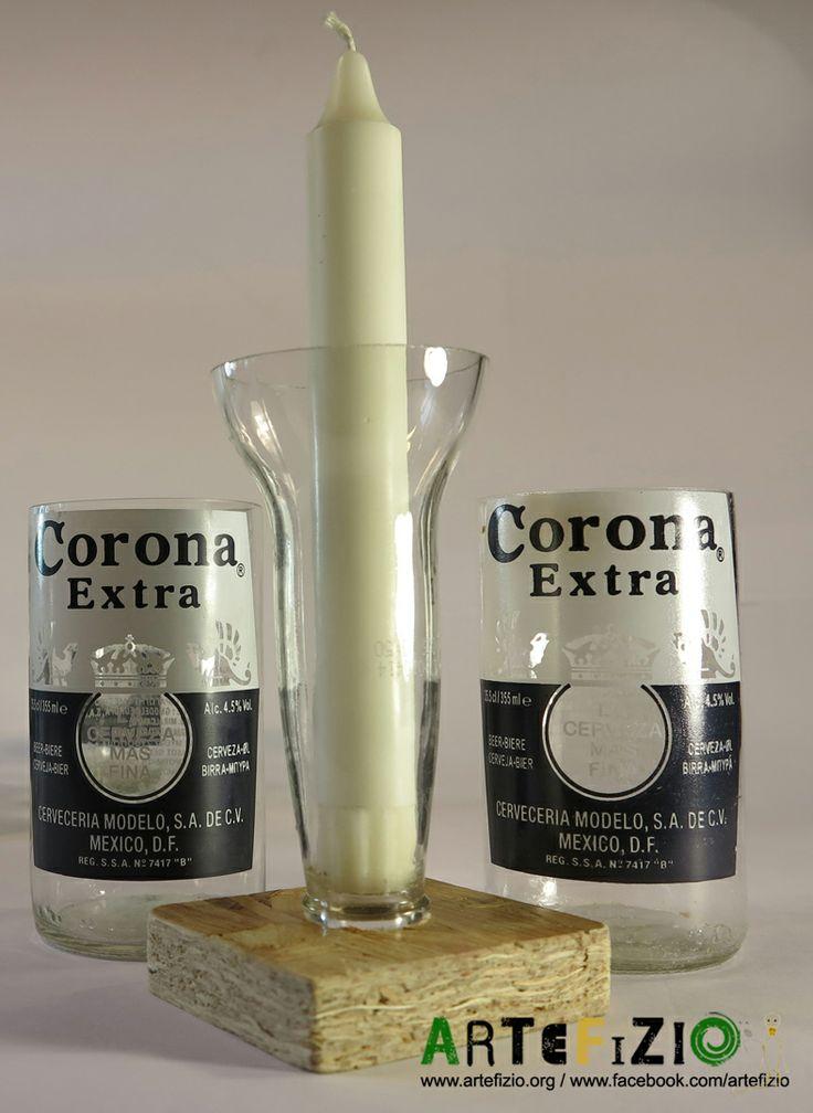 Coppia di bicchieri ricavati dal taglio delle bottiglie di birra Corona. Il porta candela è realizzato col collo della bottiglia rovesciato ed avvitato ad un basso supporto in legno ottenuto con la levigazione e la verniciatura di pezzi di pallet. Il collo della bottiglia rovesciato serve a raccogliere la cera sciolta. /// ENGLISH  Couple of glasses recovered by curving Corona beer bottles.  Candlestick recovered by the bottle neck. It is reversed and screwed to a short wooden base.
