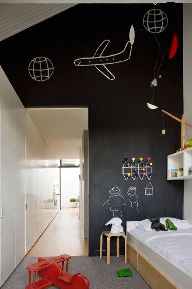 bordverf op muur - bed ene kant, kastenwand andere kant