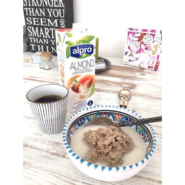 ☀️God morgon röda OCH soliga dag!  Jag startar upp dagen med gröt. Gött! Jag brukar göra lite olika typer av gröt, men just idag blev det mandelgröt gjord på: 2ägg, 3msk mandelmjöl, en skvätt osötad mandelmjölk, kardemumma, salt & kanel, som fick åka ner i grytan och vispas till den bästa grötkonsistensen.  #brunmat är #skitfint…