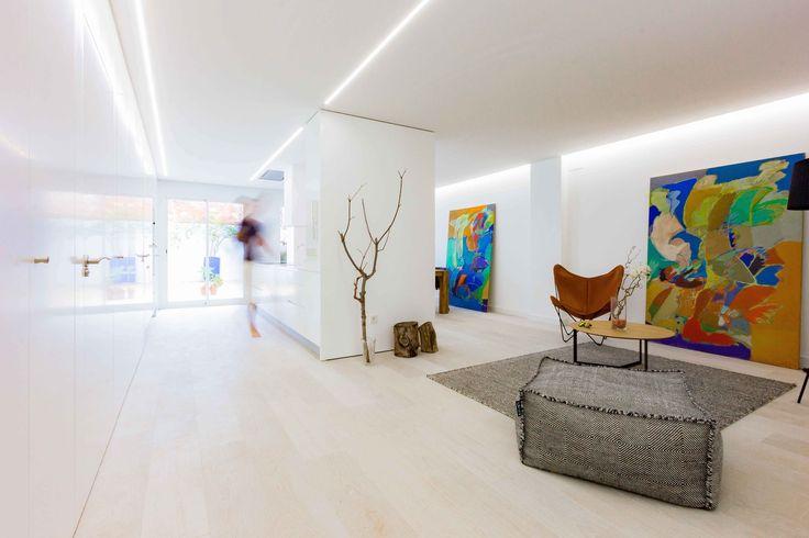 Salón comedor cocina minimalista en reforma de casa low cost. Chiralt Arquitectos Valencia.