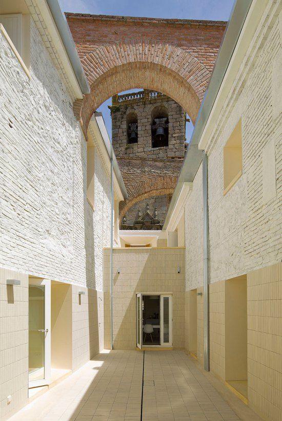 Seisecoli di storia sovrastano le due case che Paredes Pedrosa arquitectos restaurano per due famiglie nell'area antica di Toledo, in Spagna. L'imponente tratto murario che sovrasta le due residen...
