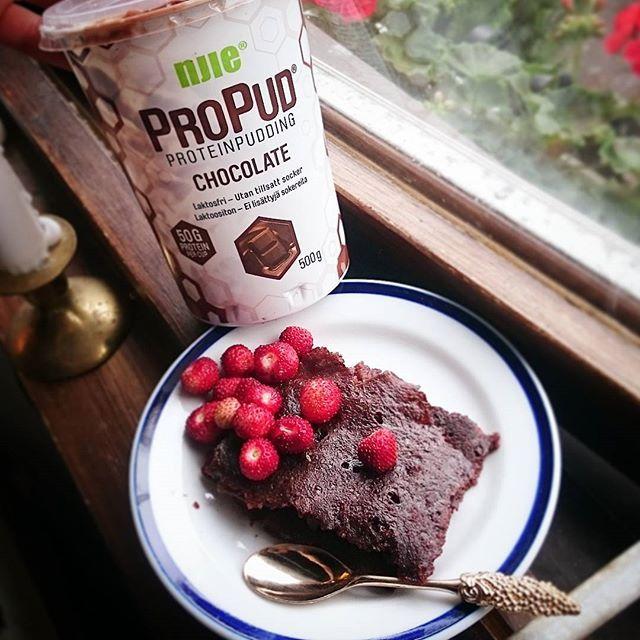 Jag gjorde nyss en kladdig chokladkaka med Propud från @njiesverige  om man vill lyxa till det kan man även lägga i jordnötter eller hackad choklad i smeten (eller både och ) #njierecept Recept: 300g Propud choklad 1/2 dl mjölk 20g kasein i chokladsmak 1 msk kokosmjöl 1 tsk bakpulver 1 ägg 1 msk kakao 1 nypa salt 2 msk pofiber Blanda alla ingredienser och in i ugnen på 200 grader i ca 30 min (eller tills kakan stelnat) Serveras med bär och kanske allra helst Propud vanilj