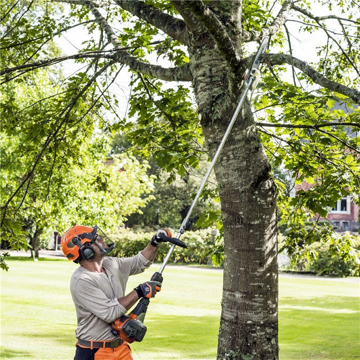 Be confident to get the job well done, no matter what situation you are facing. A pole saw from Husqvarna is easy to manoeuvre and provides powerful assistance with its rapid acceleration. It will help you achieve the result you're striving for - without using a ladder or sky lift.Find a Pole Saw - just for you