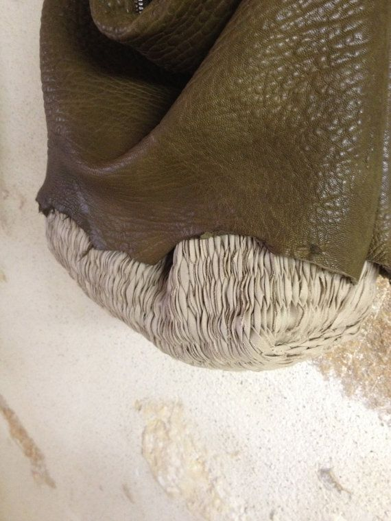 Grote Slouchy Hobo in Handweave en Khaki getextureerde leer. Luxe Boho Chic stijl!  Bonjour - 30% aanbieding op handgeweven tas orders over $150 - couponcode WEAVEMYBAG bij de kassa. Laat 2-3 weken ommekeer. Aanbod eindigt op 15 mei om ruimte voor nieuwe ontwerpen te maken. ... en gratis verzending!  Uitstekende kwaliteit leder met zacht slouchy gevoel gelaagde over mijn dik handgeweven handtekening geweven.  Bekleed in zuiver linnen met een open lederen zak voor smartphone en één met…