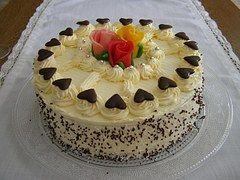 Dort krémový * k narozeninám - zdobený marcipánovými růžemi a čokoládovými srdíčky.