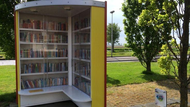 Deze polderbieb is een van de vele particuliere initiatieven nu reguliere bibliotheken door bezuinigingen verdwijnen. Overal in Nederland ontstaan uitleenpunten in dorpshuizen, wachtkamers of wijkcentra. Een boek lenen in de patatzaak | NOS