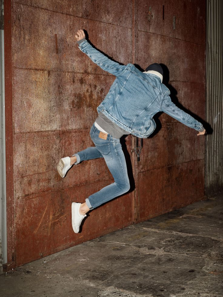 Jump, run, do whatever you like with this super stretch denim jeans for added movement. Style yours with a blue denim jacket with cotton collar detail, a beanie, a plain tee and white trainers | JACK & JONES