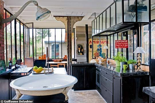 J'adore l'ambiance de cette cuisine avec la verrière et le bac de douche comme évier.