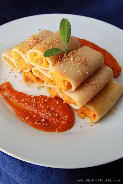 Paccheri ripieni di zucca e amaretti - http://gustosamente.blogspot.it/2011/10/paccheri-ripieni-di-zucca-e-amaretti.html #christmas #food #recipe #pasta #pumpkin