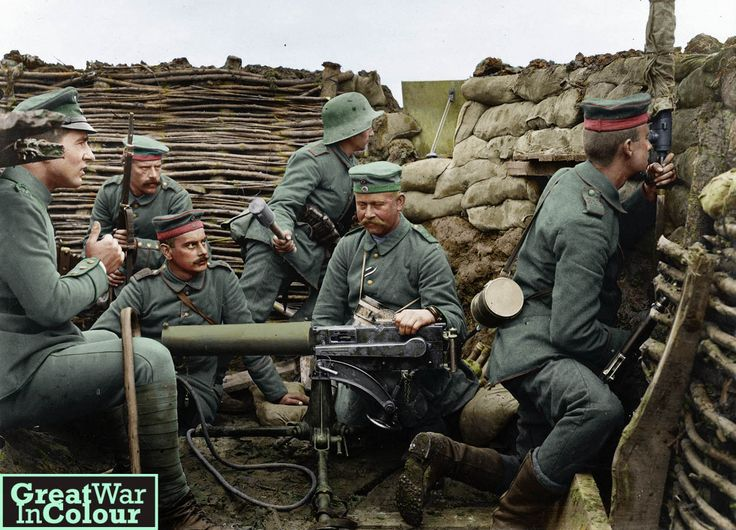 Позировала на фотографии с немецкими солдатами в траншее, окружающему MG 08 пулемета Максим Оригинальный источник изображения: Библиотека Конгресса США The Maschinengewehr 08 или MG 08, был стандартный пулемет, используемый немецкой армии в Великой войне и ...