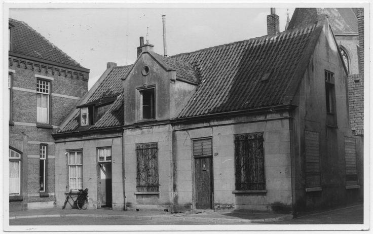 Kamstraat, het spuithuis, gesloopt in oktober 1963. Dit stond aan de rechterzijde, gezien vanaf 'De Wiel' in de richting 'Veestraat'. Rechts van het spuithuis het Kerkpaadje. Links een deel van het in maart 1965 gesloopte café aan de Kamstraat. Rechts achter een deel van het Nederlands-hervormde kerkje, 11-1958 Mierlo, T. van (fotograaf)