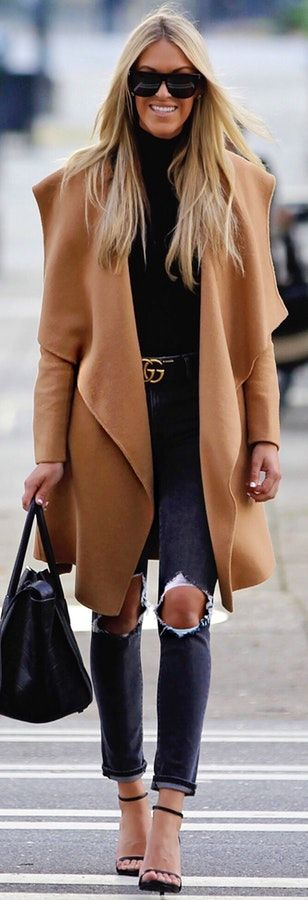 #winter #outfits  brown topcoat and black leather handbag. Pic by @macystucke.