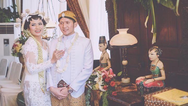 Pengantin pria pada pernikahan adat Jawa menggunakan penutup kepala yang dinamai blangkon. Blangkon ini biasanya terbuat dari kain batik.