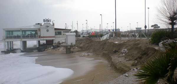 Nuova mareggiata: oltre le strutture in pericolo la rete ferroviaria