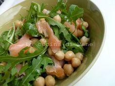 insalata salmone rucola e ceci, ricetta per insalata estiva facile e veloce da fare