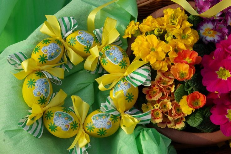 Jarní věnec z barevných kraslic a mašlí