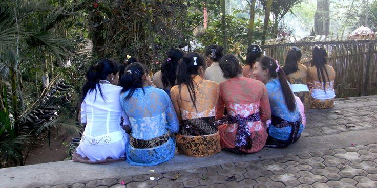 gorgeous girls add their own style to wearing a kebaya in Bali  #kebaya #sharingbali #silksarongs