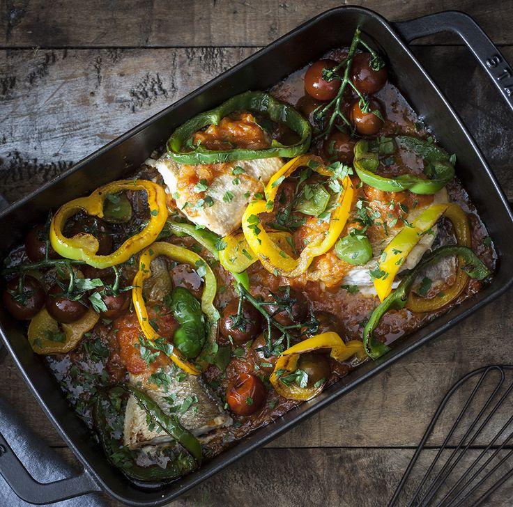 Zeebaars met gebakken tomaten en paprika (lubina con tomates y pimientos salteados) Een heerlijk oven recept voor zeebaars .