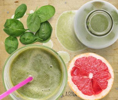 Grapejuice med spenat och basilika är en uppiggande juice med behaglig beska. Spenat och basilika ger skön grön färg medan äpple och päron bidrar med sötma.  Den vitaminstinna juicen görs snabbt och enkelt i en råsaftcentrifug.