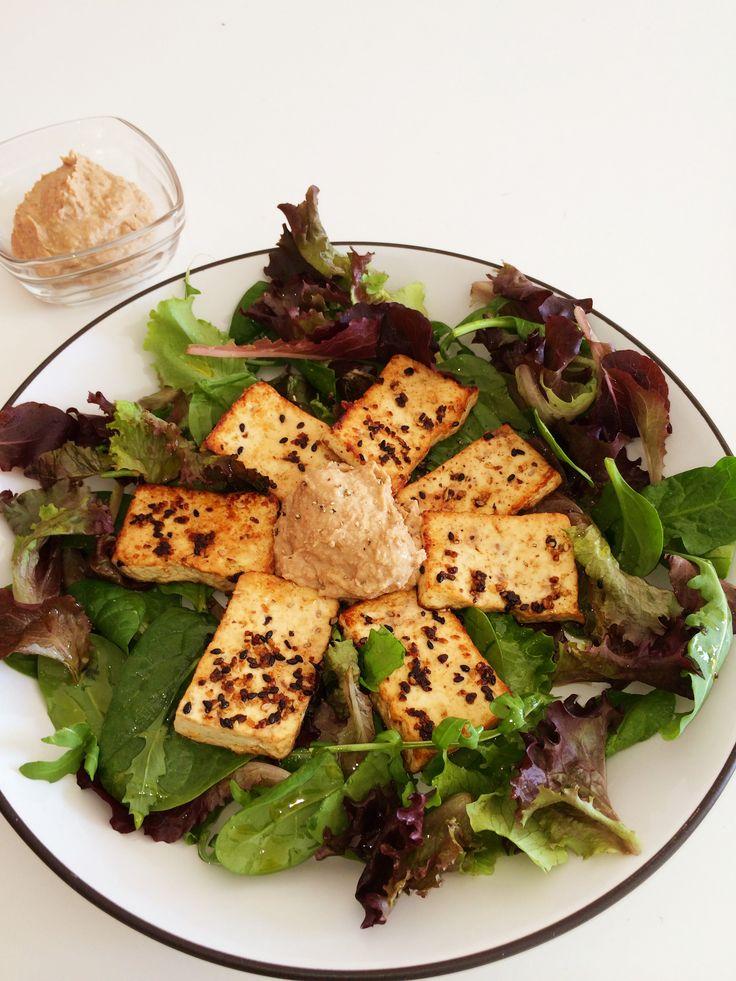 Ensalada templada con tofu y humus de lentejas