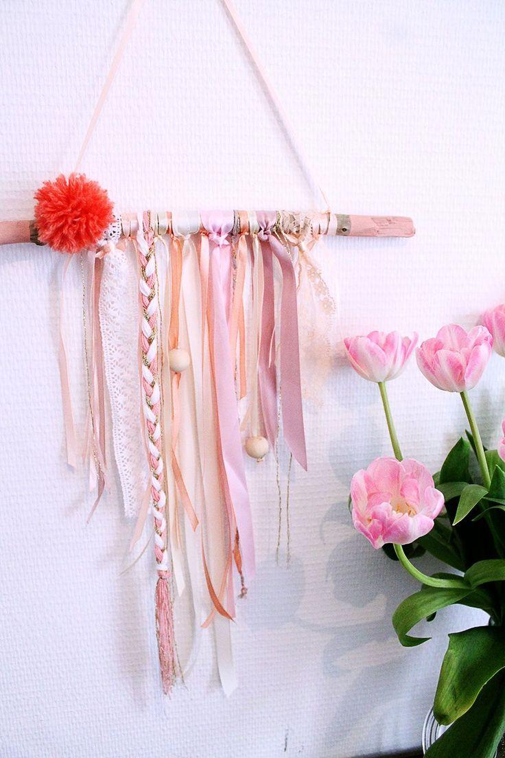 Mademoiselle Claudine - Décoration murale en bois floté, ruban, dentelle, laine , perles de bois ... couleur corail , rose, blanc. Boutique déco vintage - Bois et Rubans / corail