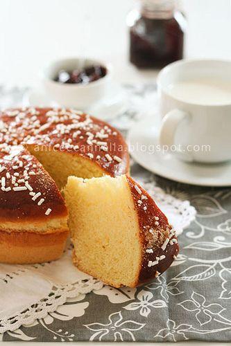 Panbrioche del mattinoIngredienti: 315 gr. di farina (50% manitoba e 50% di farina 00 setacciate) 75 gr. di burro morbido 75 gr. di zucchero semolato 1 uovo 1 tuorlo 75 gr. di latte intero 75 gr. di acqua 5 gr. di sale 7,5 gr. di lievito di birra fresco 1 cucchiaino di miele aromi: scorza di un'arancia grattugiata, 1 cucchiaino di vaniglia home made o i semini di una bacca 1 albume per la spennellatura finale zucchero a granella