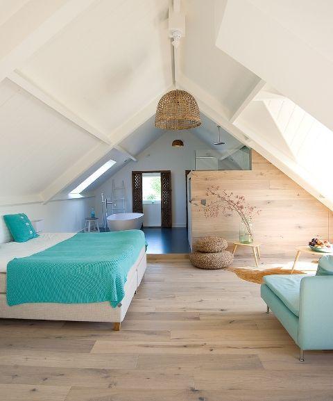 Relax ruimte op zolder met blauwe accenten